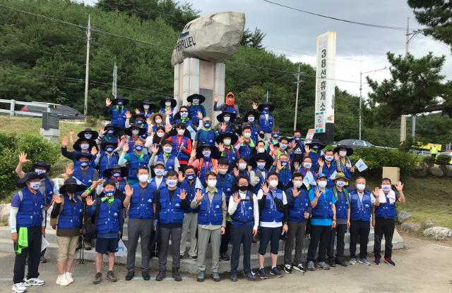 ▲ 지난 8월 이인영 통일부장관이 참석한 통일걷기 행사에서 참가자들이 38선 표지석 앞에서 기념촬영을 하고있다.