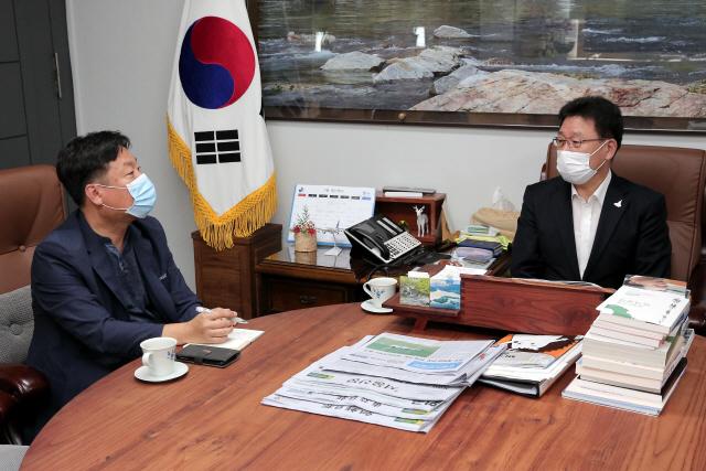 ▲ 조인묵 양구군수는 최근 군수실에서 박현철 양구주재 취재부장과 인터뷰를 진행했다.