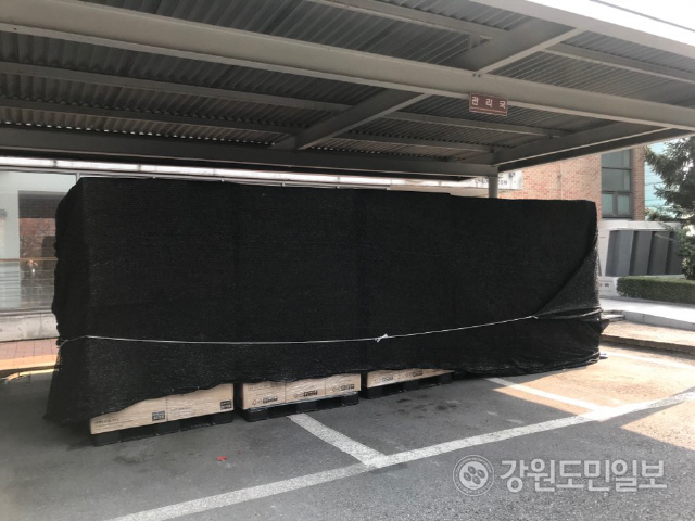 ▲ 마스크 제조회사 '더 편한'은 최근 천주교 춘천교구에 1억4400만원 상당의 마스크 48만장을 전달했다.기증받은 마스크는 교구 내 전 신자에게 배부될 예정이다.
