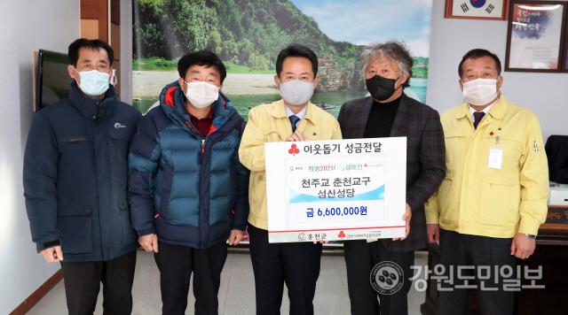 ▲ 천주교 홍천 성산성당(주임신부 김길상)은 15일 군청을 방문해 이웃돕기 성금 660만원을 기탁했다.