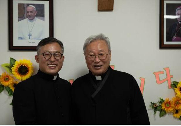 ▲ 김주영 8대 교구장(왼쪽)과 김운회 7대교구장