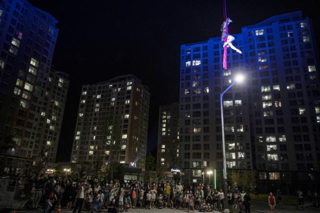 ▲ 춘천마임축제가 아파트베란다 관객들을 위해 펼친 야외 공연
