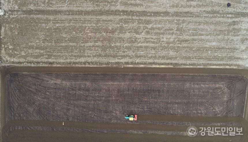 농민이 농기계로 밭을 갈며 한 해 농사를 준비하고 있다.  최유진 2020.03.15