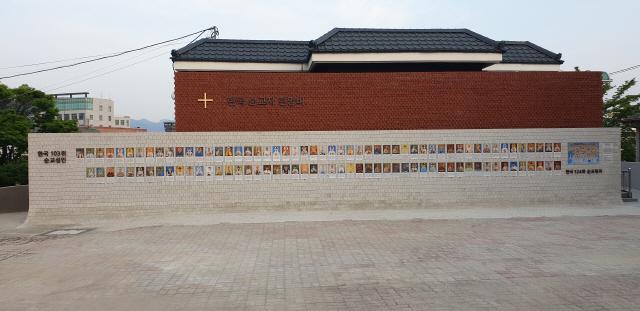▲ 한국 순교성인 103위의 초상화가 26일 춘천 운교동 성당 순교자 현양비에 걸렸다.
