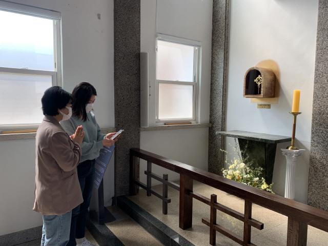 ▲ 춘천 운교동 본당 김대건 신부의 성해 앞에서 기도를 하고 있는 신자들.