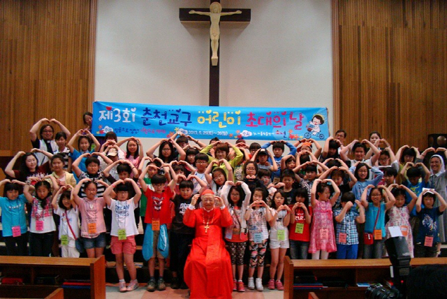▲ 2013년 춘천교구 어린이 신자들과 만난 정진석 추기경.