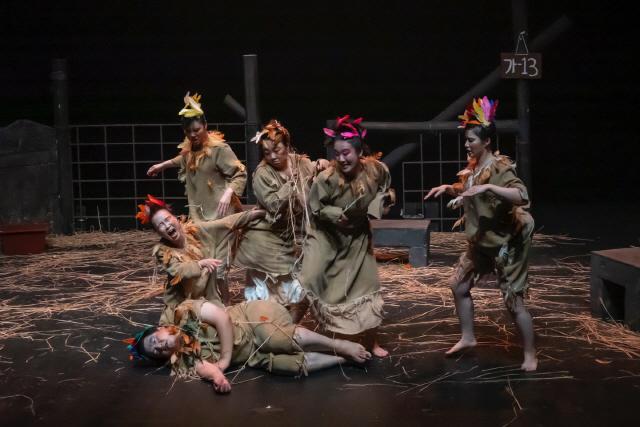 ▲ 춘천연극제의 '코미디 럭키세븐' 선정작 7편이 내달 3일까지 축제극장 몸짓에서 공연된다.사진은 지난 28일 무대에 오른 극단 한울림의 '맛있는 새,닭' 공연모습